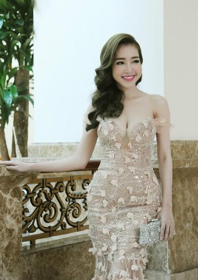 Elly Trần diện váy xẻ ngực sâu quyến rũ - ảnh 5