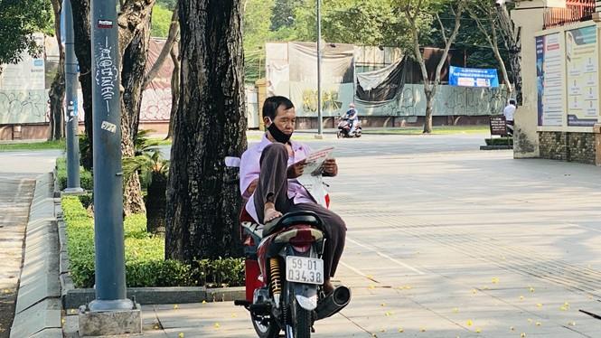 Đường phố Sài Gòn vắng vẻ ngày đầu 'cách ly xã hội' - ảnh 12