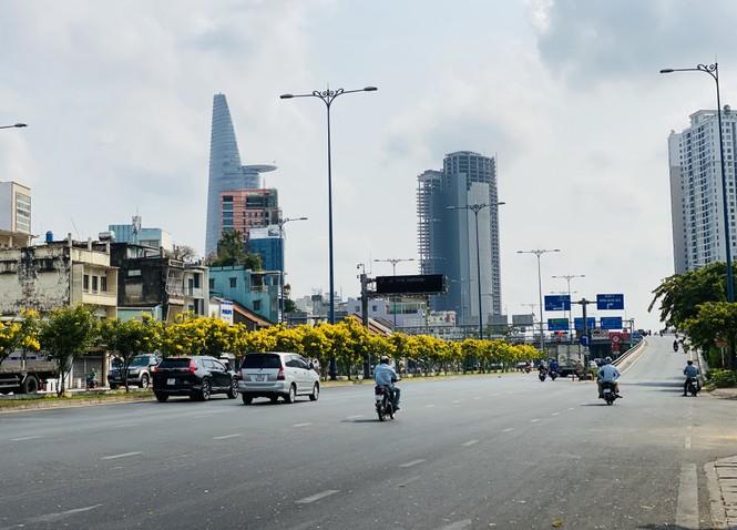 Đường phố Sài Gòn vắng vẻ ngày đầu 'cách ly xã hội' - ảnh 2