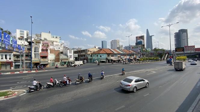 Đường phố Sài Gòn vắng vẻ ngày đầu 'cách ly xã hội' - ảnh 1