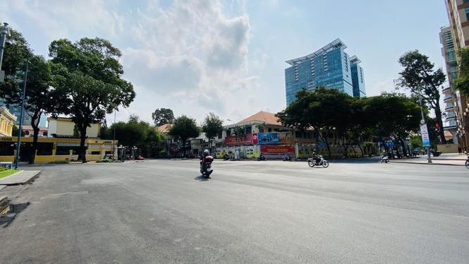 Đường phố Sài Gòn vắng vẻ ngày đầu 'cách ly xã hội' - ảnh 11