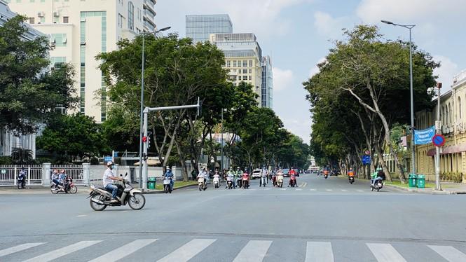 Đường phố Sài Gòn vắng vẻ ngày đầu 'cách ly xã hội' - ảnh 9