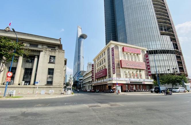 Đường phố Sài Gòn vắng vẻ ngày đầu 'cách ly xã hội' - ảnh 5