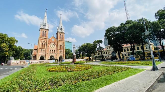 Đường phố Sài Gòn vắng vẻ ngày đầu 'cách ly xã hội' - ảnh 6