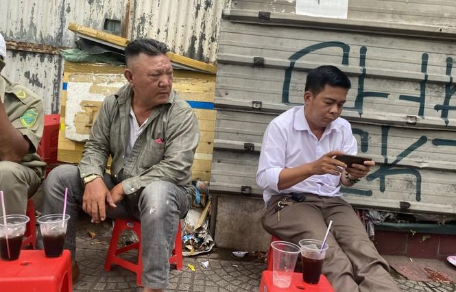Sợ COVID-19 quay lại, người dân TP HCM đổ xô mua khẩu trang - ảnh 17