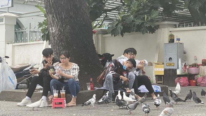 Sợ COVID-19 quay lại, người dân TP HCM đổ xô mua khẩu trang - ảnh 25