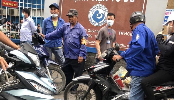 Sợ COVID-19 quay lại, người dân TP HCM đổ xô mua khẩu trang - ảnh 23