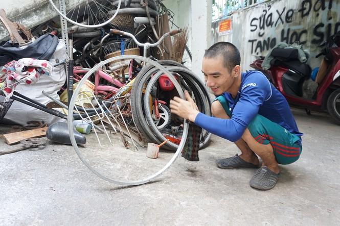Chàng kỹ thuật viên 'hồi sinh' xe đạp cũ tặng học trò nghèo - ảnh 1