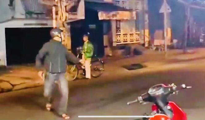Cảnh sát nổ súng giải tán nhóm 'quái xế' - ảnh 1