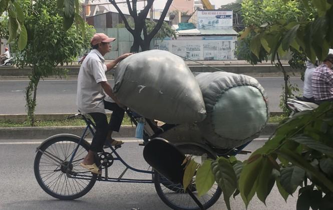 TPHCM: Tái diễn xe 'cà tàng' chở hàng cồng kềnh dạo phố - ảnh 9