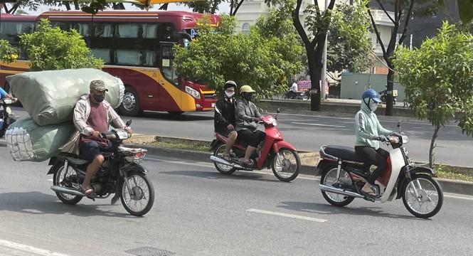 TPHCM: Tái diễn xe 'cà tàng' chở hàng cồng kềnh dạo phố - ảnh 6