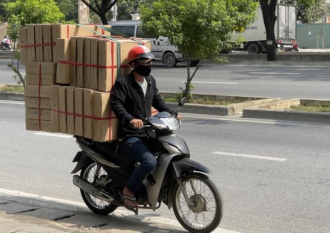 TPHCM: Tái diễn xe 'cà tàng' chở hàng cồng kềnh dạo phố - ảnh 4