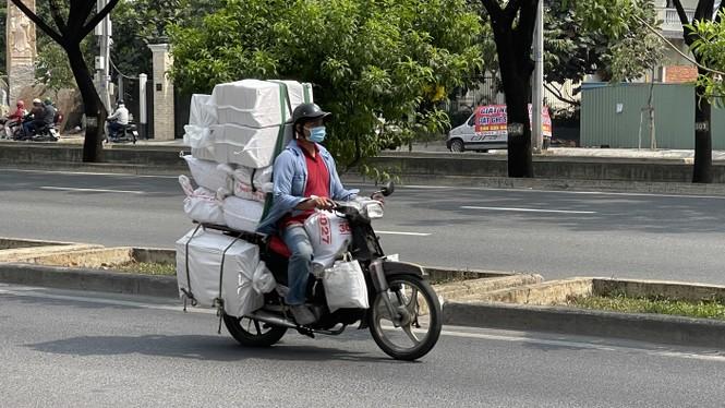 TPHCM: Tái diễn xe 'cà tàng' chở hàng cồng kềnh dạo phố - ảnh 5