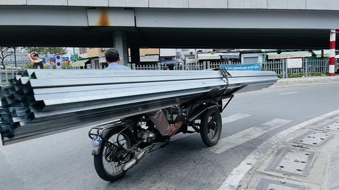 TPHCM: Tái diễn xe 'cà tàng' chở hàng cồng kềnh dạo phố - ảnh 2