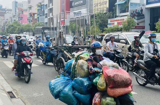 TPHCM: Tái diễn xe 'cà tàng' chở hàng cồng kềnh dạo phố - ảnh 3