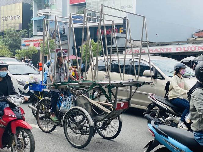 TPHCM: Tái diễn xe 'cà tàng' chở hàng cồng kềnh dạo phố - ảnh 1