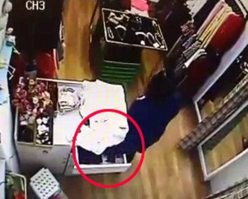 Quý bà vào shop Hà Nội trộm ví tiền nhanh như chớp - ảnh 1