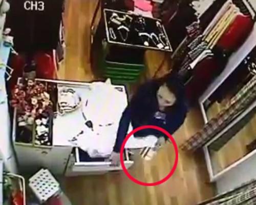 Quý bà vào shop Hà Nội trộm ví tiền nhanh như chớp - ảnh 2