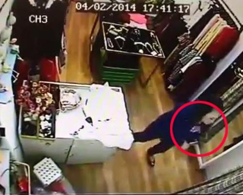 Quý bà vào shop Hà Nội trộm ví tiền nhanh như chớp - ảnh 3