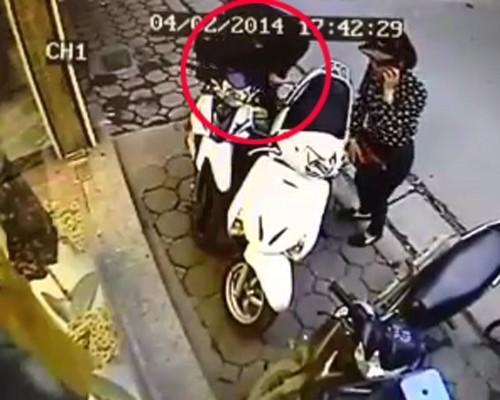 Quý bà vào shop Hà Nội trộm ví tiền nhanh như chớp - ảnh 4