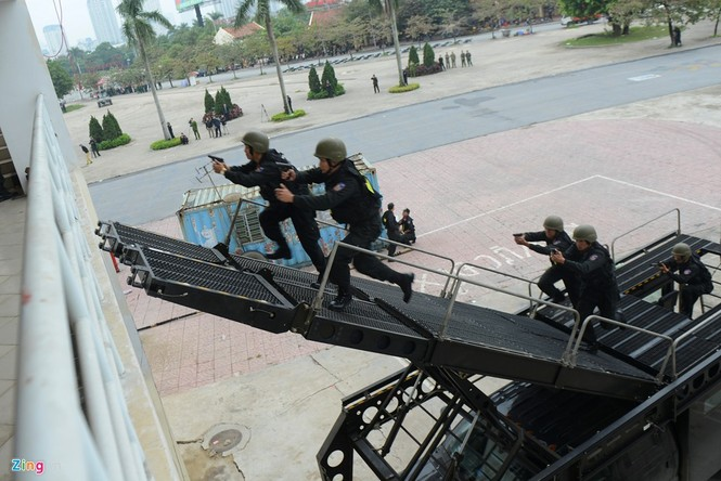 Dàn xe chống khủng bố tham gia bảo vệ Đại hội Đảng - ảnh 8