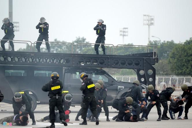Dàn xe chống khủng bố tham gia bảo vệ Đại hội Đảng - ảnh 9