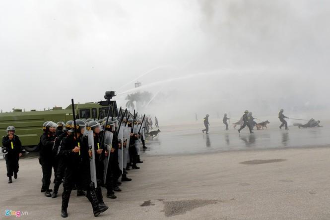 Dàn xe chống khủng bố tham gia bảo vệ Đại hội Đảng - ảnh 15