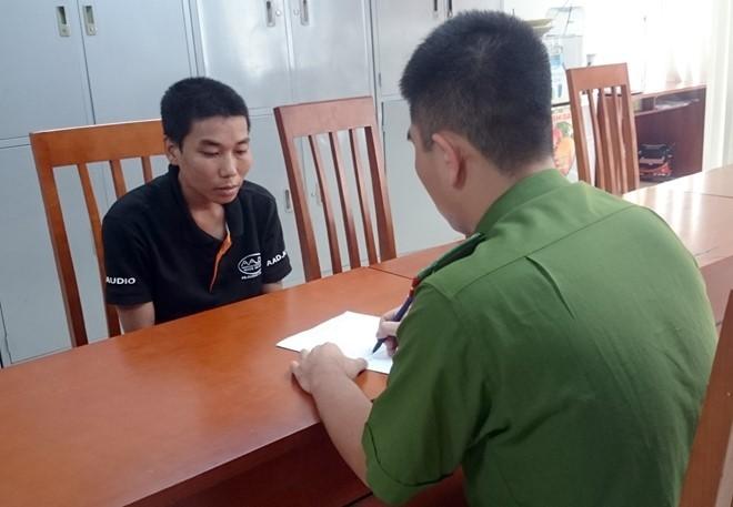 Dí dao cướp xe máy tại ngã tư đèn đỏ ở Hà Nội - ảnh 1