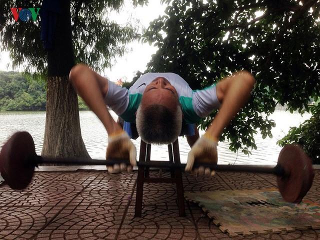 Cụ ông 76 tuổi vẫn ngày ngày tập đẩy tạ bên hồ Hoàn Kiếm - ảnh 7