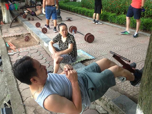 Cụ ông 76 tuổi vẫn ngày ngày tập đẩy tạ bên hồ Hoàn Kiếm - ảnh 8