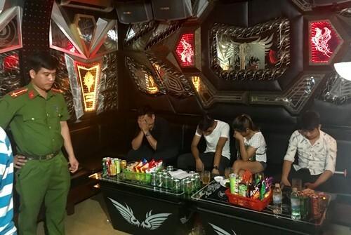 Đột kích quán karaoke, phát hiện hàng chục 'nam thanh nữ tú' đang phê ma túy - ảnh 1