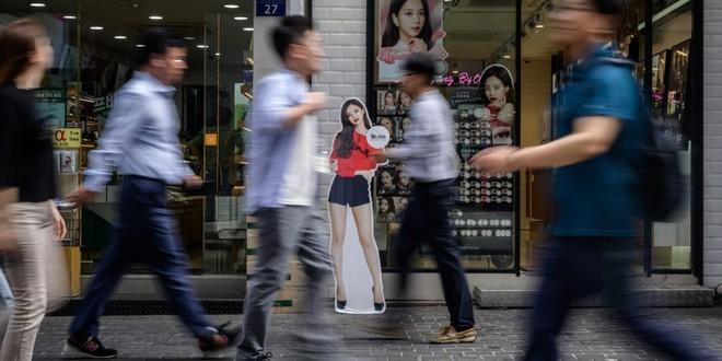 Giới trẻ Hàn Quốc sẵn sàng nhịn ăn, dành tiền mua đồ hiệu - ảnh 1