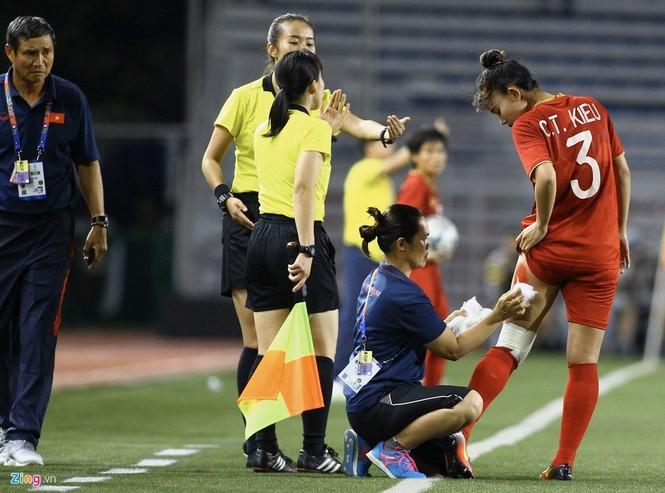 Chân rướm máu, cầu thủ nữ Việt Nam nén đau đá trận chung kết vs Thái Lan - ảnh 1