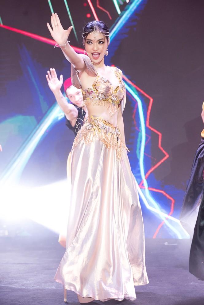 Á hậu Kiều Loan khoe eo thon, múa bụng đầy uyển chuyển tại Dubai - ảnh 3