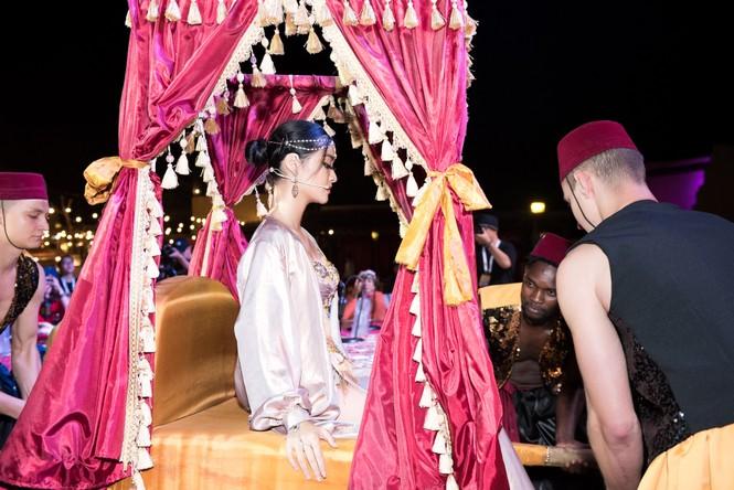 Á hậu Kiều Loan khoe eo thon, múa bụng đầy uyển chuyển tại Dubai - ảnh 1