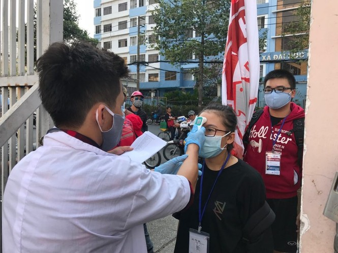 Quang Hải đeo khẩu trang, đo thân nhiệt trước trận Siêu cúp Quốc gia - ảnh 10