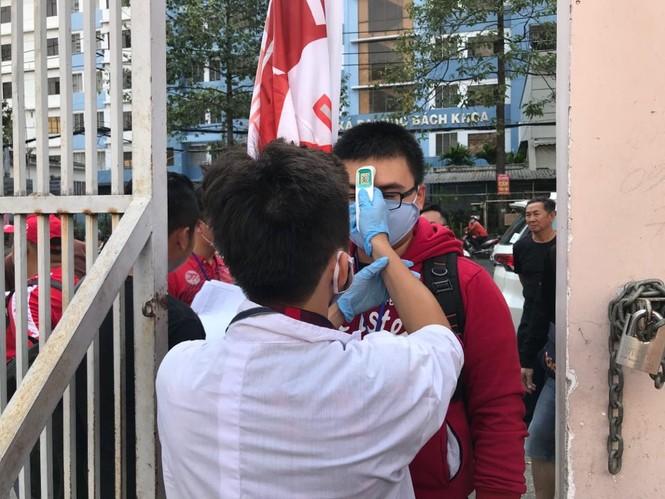 Quang Hải đeo khẩu trang, đo thân nhiệt trước trận Siêu cúp Quốc gia - ảnh 11