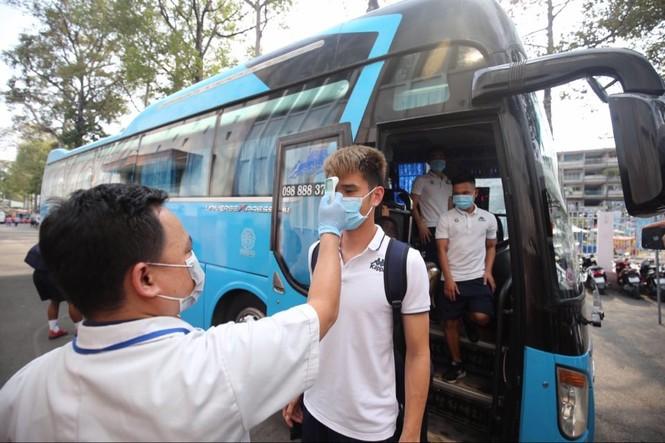 Quang Hải đeo khẩu trang, đo thân nhiệt trước trận Siêu cúp Quốc gia - ảnh 2