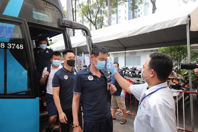 Quang Hải đeo khẩu trang, đo thân nhiệt trước trận Siêu cúp Quốc gia - ảnh 6
