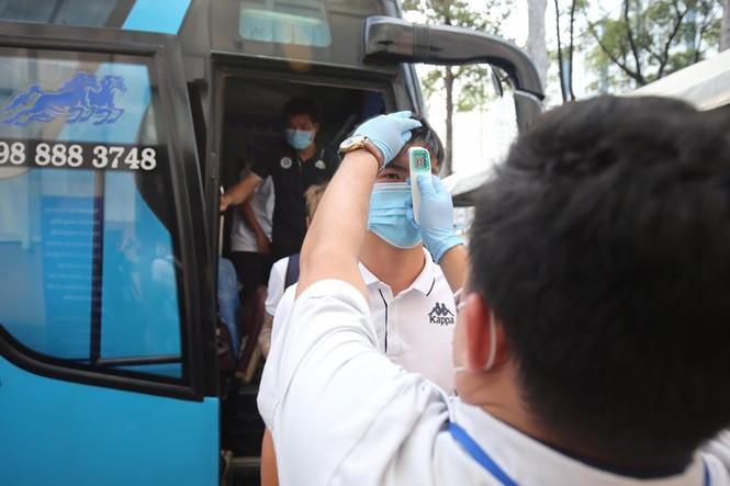 Quang Hải đeo khẩu trang, đo thân nhiệt trước trận Siêu cúp Quốc gia - ảnh 4