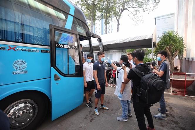 Quang Hải đeo khẩu trang, đo thân nhiệt trước trận Siêu cúp Quốc gia - ảnh 1