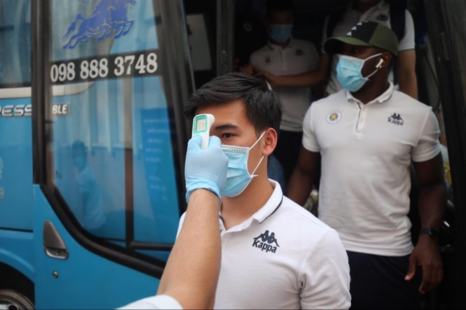 Quang Hải đeo khẩu trang, đo thân nhiệt trước trận Siêu cúp Quốc gia - ảnh 3