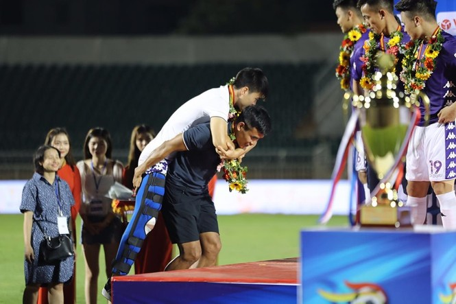 Khoảnh khắc Hà Nội FC nhận Siêu cúp Quốc gia - ảnh 1