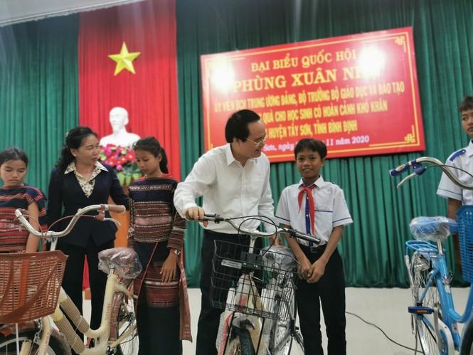 Bộ trưởng Phùng Xuân Nhạ thăm, tặng quà hỗ trợ học sinh, trường học ở Bình Định - ảnh 1