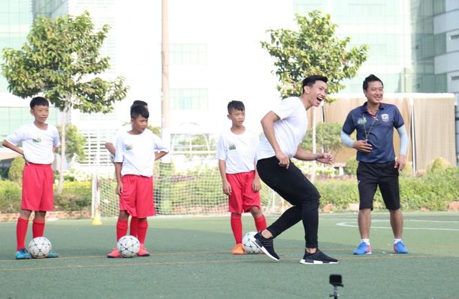 Đoàn Văn Hậu vui chơi và chia sẻ về thời thơ ấu với các cầu thủ nhí  - ảnh 5