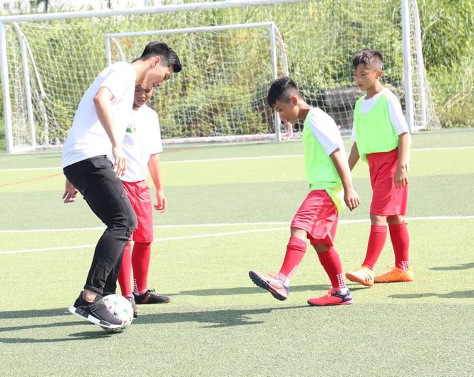 Đoàn Văn Hậu vui chơi và chia sẻ về thời thơ ấu với các cầu thủ nhí  - ảnh 4