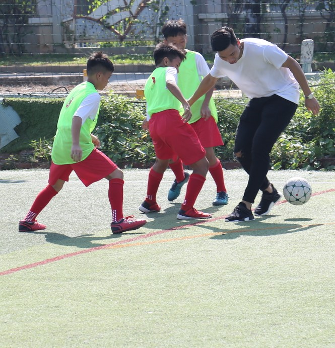 Đoàn Văn Hậu vui chơi và chia sẻ về thời thơ ấu với các cầu thủ nhí  - ảnh 8