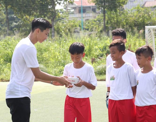Đoàn Văn Hậu vui chơi và chia sẻ về thời thơ ấu với các cầu thủ nhí  - ảnh 2