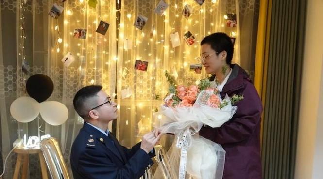 Hình ảnh đẹp nữ y tá nhận lời cầu hôn sau khi khải hoàn từ Vũ Hán trở về - ảnh 1