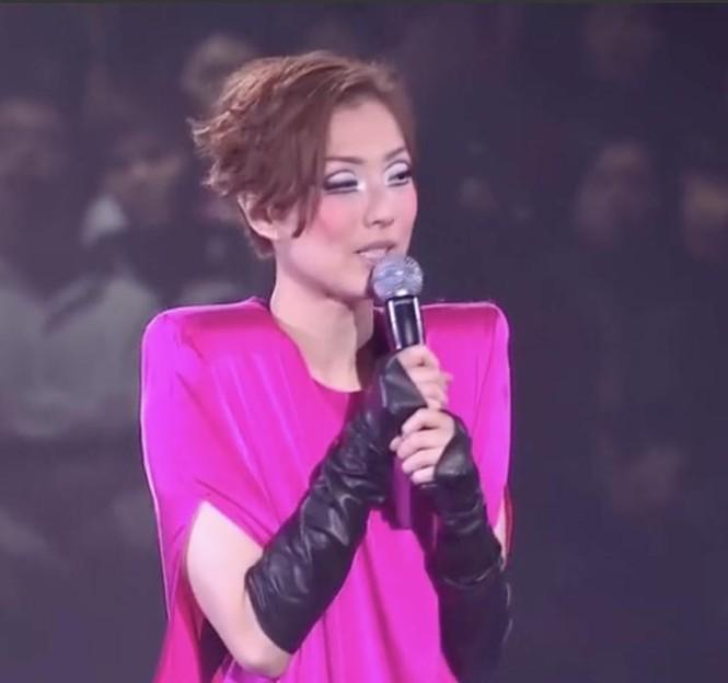 Diva Trịnh Tú Văn say sưa hát với khuôn mặt